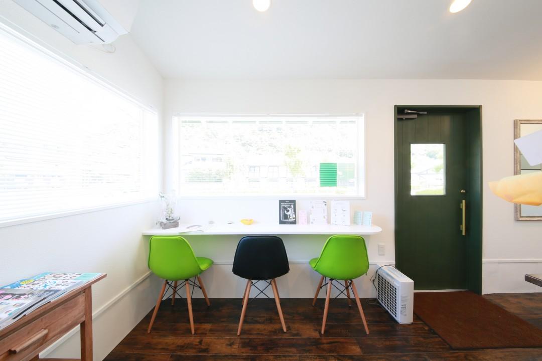 ホワイトとダークブラウンの空間に、緑が映える落ち着きの空間。